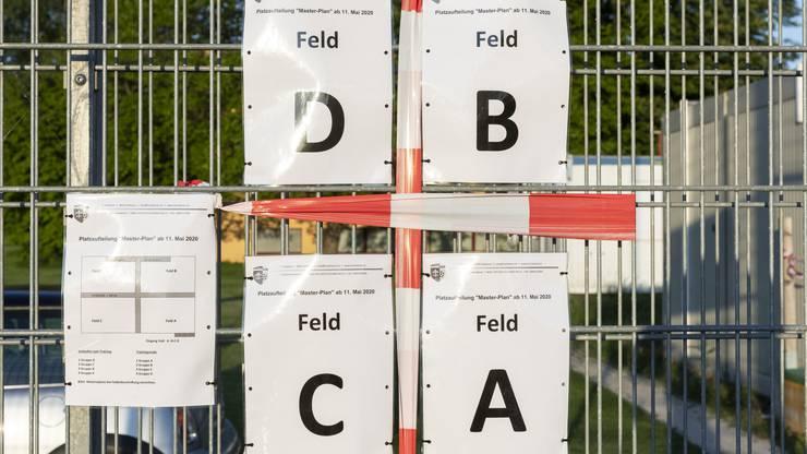 Um alle Vorgaben des Bundes einzuhalten, wurde der Platz mit Gitter und Flatterband in vier Zonen eingeteilt.