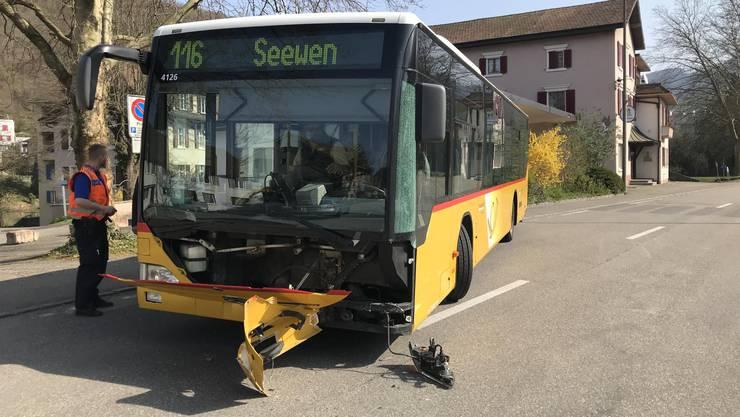 Auf der Bahnhofstrasse in Grellingen kollidierte ein Postauto mit einem entgegenkommenden Auto.