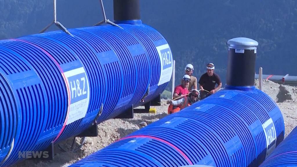 Knappes Trinkwasser: Helikopter liefert drei riesige Wassertanks auf die Freiburger Alpen