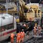 Der letzte Waggon eines am Mittwochabend bei der Basler Bahnhofseinfahrt entgleisten ICE-Zuges wurden am Freitag von der Unfallstelle geborgen. (Archivbild)