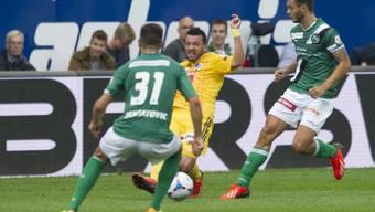 Hochstrasser (mitte) gegen den St. Galler Matchwinner Karanovic
