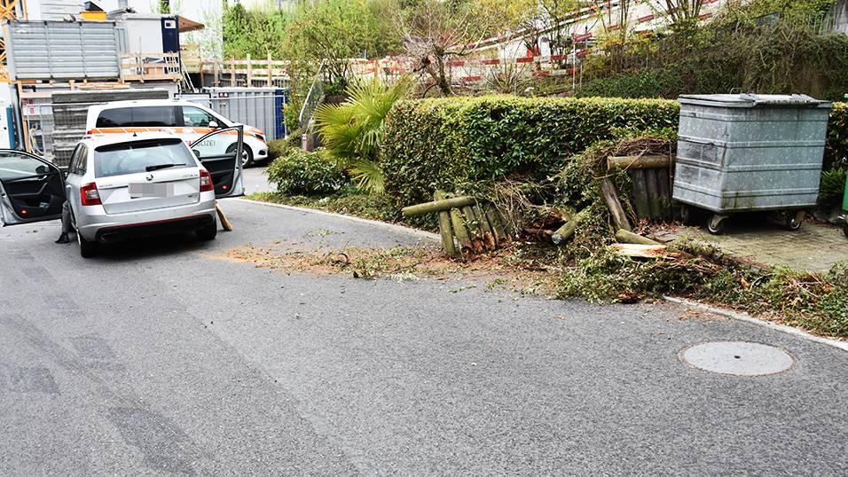 Beim Fahren abgelenkt: 71-Jähriger verursacht Sachschaden