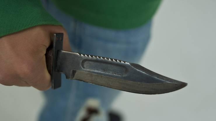 Ein Anwohner sprach von einer Messerstecherei, die Polizei will dies jedoch nicht bestätigen.