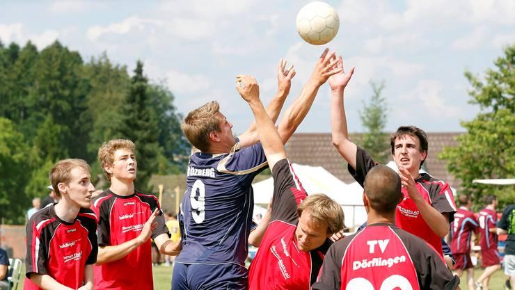 Bözberg kämpft am Bergturnfest am Freitagnachmittag gegen Dorflingen im Korbball.