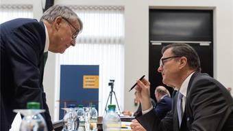 Post-Präsident Urs Schwaller (links) diskutiert mit Hansruedi Köng, Chef von Postfinance, an der Bilanzmedienkonferenz in Bern. Alessandro della Valle/Keystone
