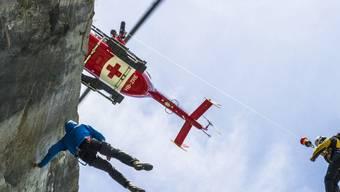 Die Rega ist ausnahmsweise in Italien einen Rettungseinsatz geflogen. (Symbolbild)