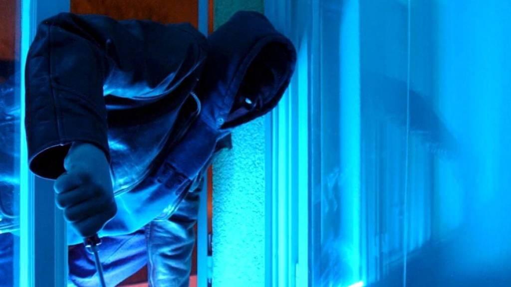 Polizei findet Einbrecher im Kleiderschrank