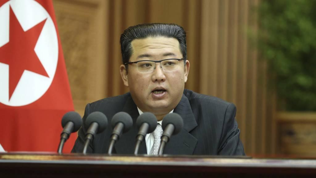 Auf diesem von der nordkoreanischen Regierung zur Verfügung gestellten Foto spricht Machthaber Kim Jong Un bei einer Parlamentssitzung in Pjöngjang. Der Inhalt dieses Bildes kann nicht unabhängig überprüft werden. Foto: Uncredited/KCNA via KNS via AP/dpa - ACHTUNG: Nur zur redaktionellen Verwendung und nur mit vollständiger Nennung des vorstehenden Credits innerhalb von 14 Tagen nach Sendedatum.
