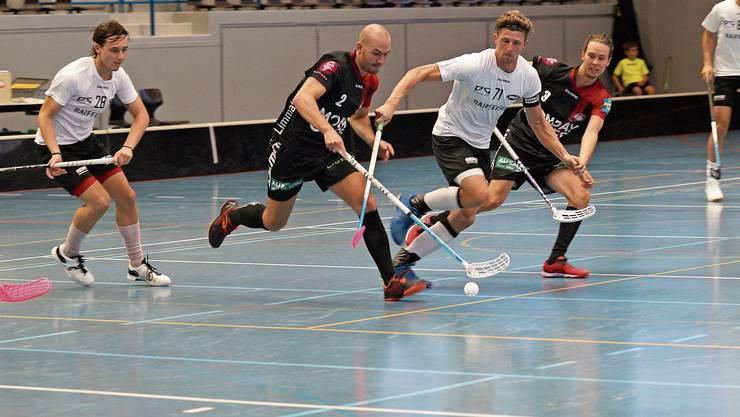 Unihockey Limmattal – im Bild Dominik Hofstetter (zweiter von links) und Nicolas Brandenberger – startet bald in die zweiwöchige Meisterschaftspause.