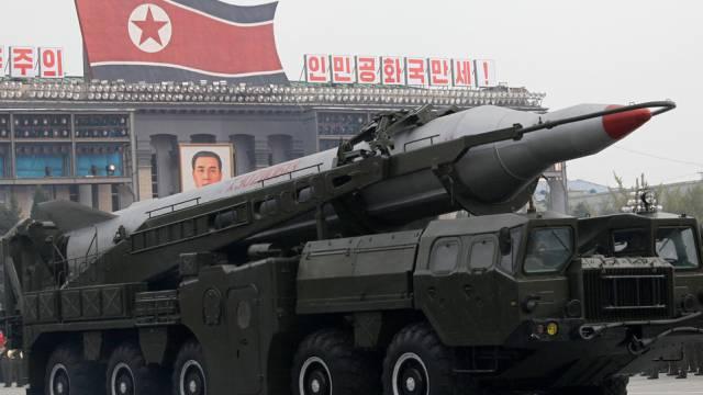 Nordkoreanische Rakete auf einem Transportfahrzeug (Archiv)