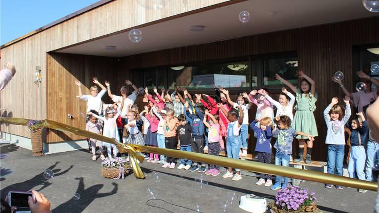 Wo Kinder sind, da wird gesungen. Die Kindergarteneinweihung war keine Ausnahme. Bild: Nadja Rohner