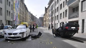 Nach Unfall überschlägt sich Auto (rechts) durch Wucht des Aufpralls.