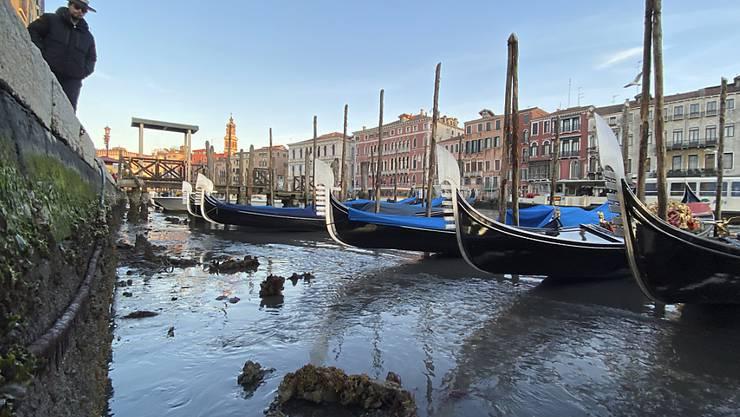 Gestrandete Gondeln in Venedig.