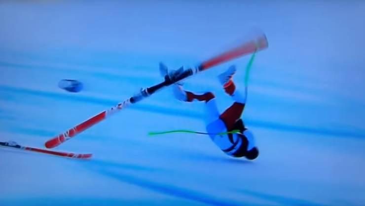 Marc Gisin stürzt nach einem Verschneider kurz vor den Kamelbuckeln und wird beim Sprung hoch durch die Luft geschleudert.
