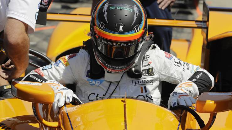Fernando Alonso steigt in seinen Indinapolis-Boliden