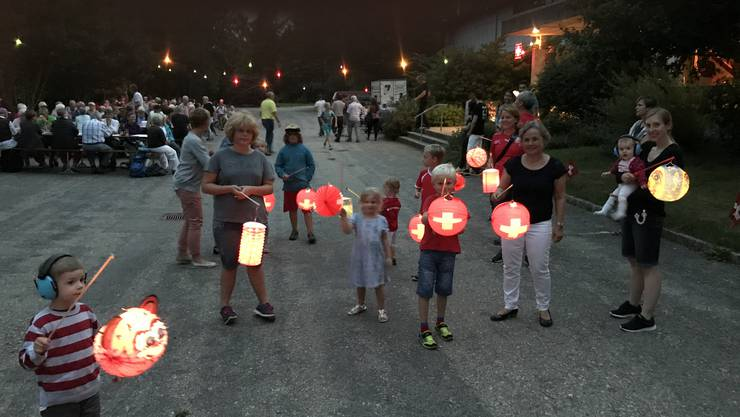 Gemeindepräsidentin Barbara Leibundgut begleitet die Kinder auf dem Lampionumzug