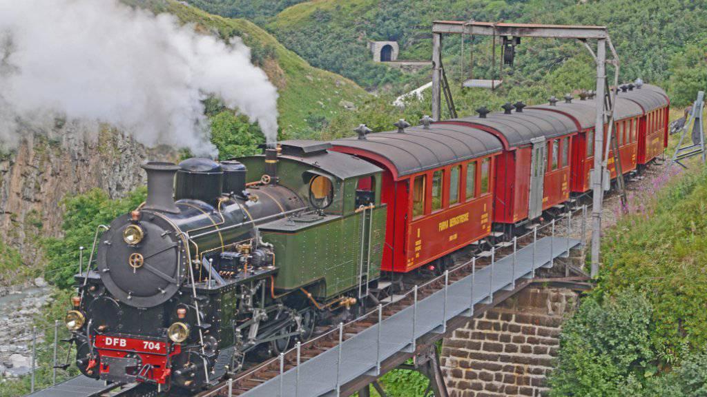 Die neu revidierte und stärkste Schmalspur-Dampf-Zahnradlokomotive Europas rattert über die Steffenbachbrücke.