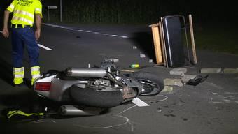 Zwischen Sarmenstorf und Seengen im Kanton Aargau kam es zu einer Auffahrtskollision zwischen einem Töfffahrer und einer Kutsche. Beim Aufprall verletzte sich der Mann so schwer, dass er mit dem Helikopter ins Spital geflogen werden musste.