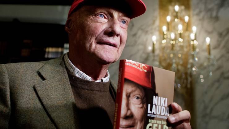 """Niki Lauda präsentierte letzten Herbst sein Buch """"Reden wir über Geld"""". Er weiss, wie man sein Geld zusammenhält, z.B. indem man seine Kleider austrägt, bis sie auseinanderfallen (Archiv)."""