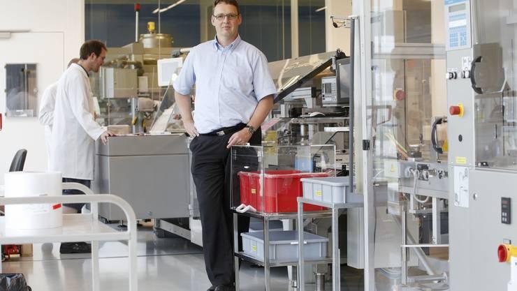Der neue Spirig-CEO Beat Sägesser in der Verpackungsabteilung.