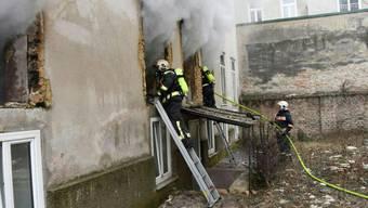 Einsatzkräfte der Feuerwehr während des Löscheinsatzes.