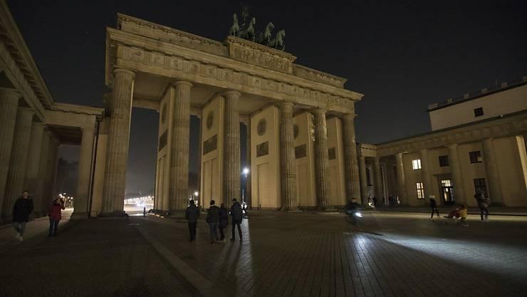 """Auch das Brandenburger Tor in Berlin lag eine Stunde lang im Dunkeln - für die """"Earth Hour""""."""