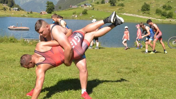 Nik Alpiger (hinten) im Greco-Training mit Sparringpartner Roman Zurfluh.