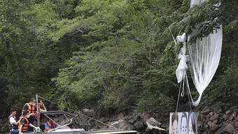 Bei Hongcheon bergen südkoreanische Polizisten einen von Aktivisten losgeschickten Ballon. Foto: Yang Ji-Woong/Yonhap/dpa