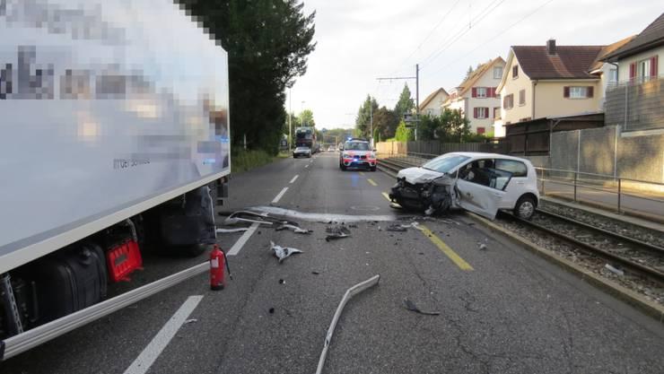 Nach der Kollision mit einem Lastwagen wurde das Auto des Unfallverursachers auf das Gleis der WSB geschleudert.