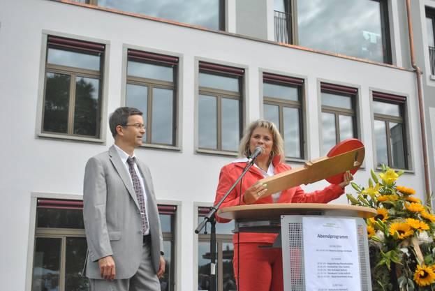 Martina Egger und René Roca bei der Schlüsselübergabe