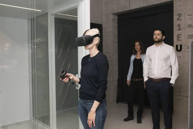 Mit Hilfe einer Virtual-Reality-Brille können die Kunden erleben, wie die verschiedenen Trennwände und Deckenplatten wirken und wie sie die Akkustik beeinflussen.