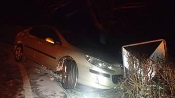 Auf schneebedeckter Strasse verunfallt