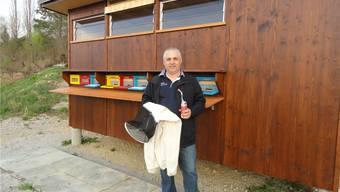 Francesco Tucci mit Imker-Schleier und Imkerpfeife vor dem MBF-Bienenhaus in Elfingen. mf