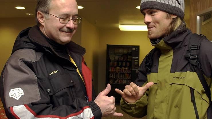 «Ride on»: Snowboarder Ueli Kestenholz zeigt dem damaligen Verteidigungsminister Samuel Schmid den Szene-Gruss. (Archiv)