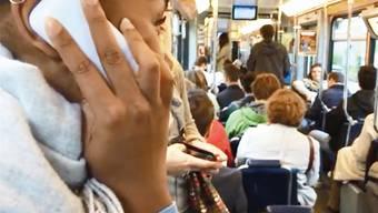 Ein Theaterprojekt in Zürcher Trams und Bussen stellt normales Alltagsverhalten infrage und sensibilisiert.