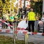 Rettungshelfer an der Unfallstelle am Bahnübergang in Oss, wo an einem Bahnübergang vier Kinder bei einer Kollision mit einem Zug ums Leben kamen.