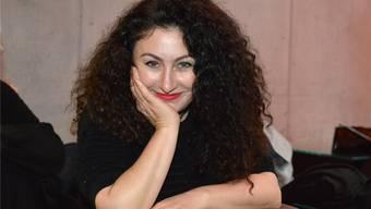 Mags und machts mit Humor und Poesie: Güzin Kar in einem Ledersessel des Schauspielhauses Basel.