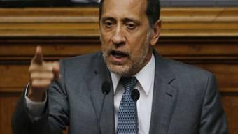Der Oppositionelle José Guerra argumentiert vor der Nationalversammlung Venezuelas gegen das Notstandsdekret von Präsident Maduro.