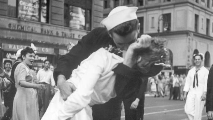 Das Bild ging um die Welt: Der US-Marinesoldat George Mendonsa, küsste 1945 bei einer Weltkriegs- Siegesfeier in New York eine ihm unbekannte Frau. Nun ist er 95-jährig gestorben.