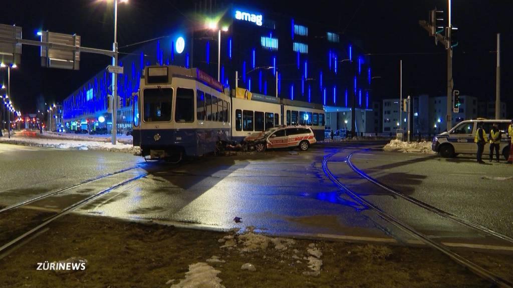 Dübendorf: Auto der Militärpolizei kracht in Tram