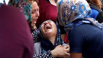Verwandte trauern an der Beerdigung von zwei ermordeten türkischen Polizisten. Diese starben bei einem Anschlag der kurdischen Rebellen. Keystone