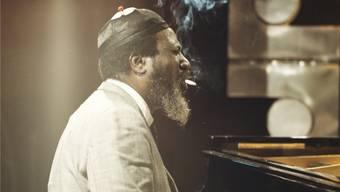 Markenzeichen Mütze, Ziegenbart, gestreckte Finger und Zigarette im Mundwinkel: Thelonious Monk 1970 im Ronnie Scott's Club in London.