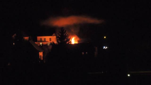 Das Riegelhaus in der Tiefenwaag in Ehrendingen steht in Flammen.