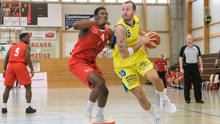 Starwings vs Swiss Central Basketball: Starwings 15 Nemanja Calasan (re) gegen Luzern 4 E. Thompson (li)