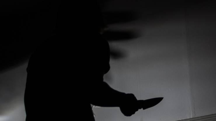 Raub in Basel fordert eine verletzte Person. Nach den Tätern wird gefahndet. (Symbolbild)