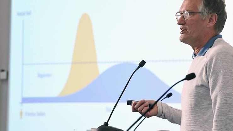 ARCHIV - Anders Tegnell, Staatsepidemiologe der schwedischen Gesundheitsbehörde, im Juni während einer Pressekonferenz zur Corona-Pandemie. Foto: Fredrik Sandberg/TT NEWS AGENCY/AP/dpa