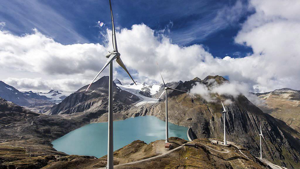 Wichtiger Beitrag zur Energiewende oder Verschandelung der Landschaft? Landschaftsschützer sind sich bei der Energiestrategie uneins. Im Bild: Windenergieanlage beim Nufenenpass.