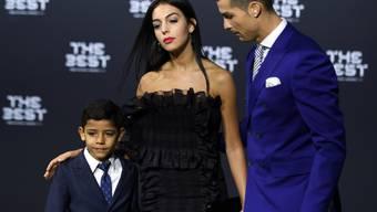 Sie sind bald zu sechst unterwegs: Cristiano Ronaldo mit Freundin Georgina Rodriguez und Sohn Cristiano Junior. (Archiv)