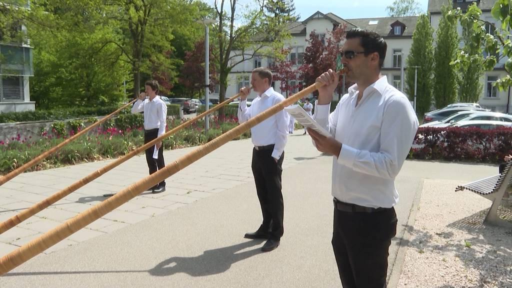 Alphornklänge zur Aufmunterung: Alphornbläser spielen für Isolierte