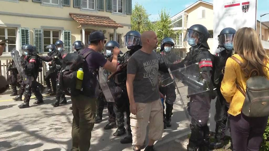Rund 1'500 Demonstranten in Aarau, Polizei setzt Reizstoff ein